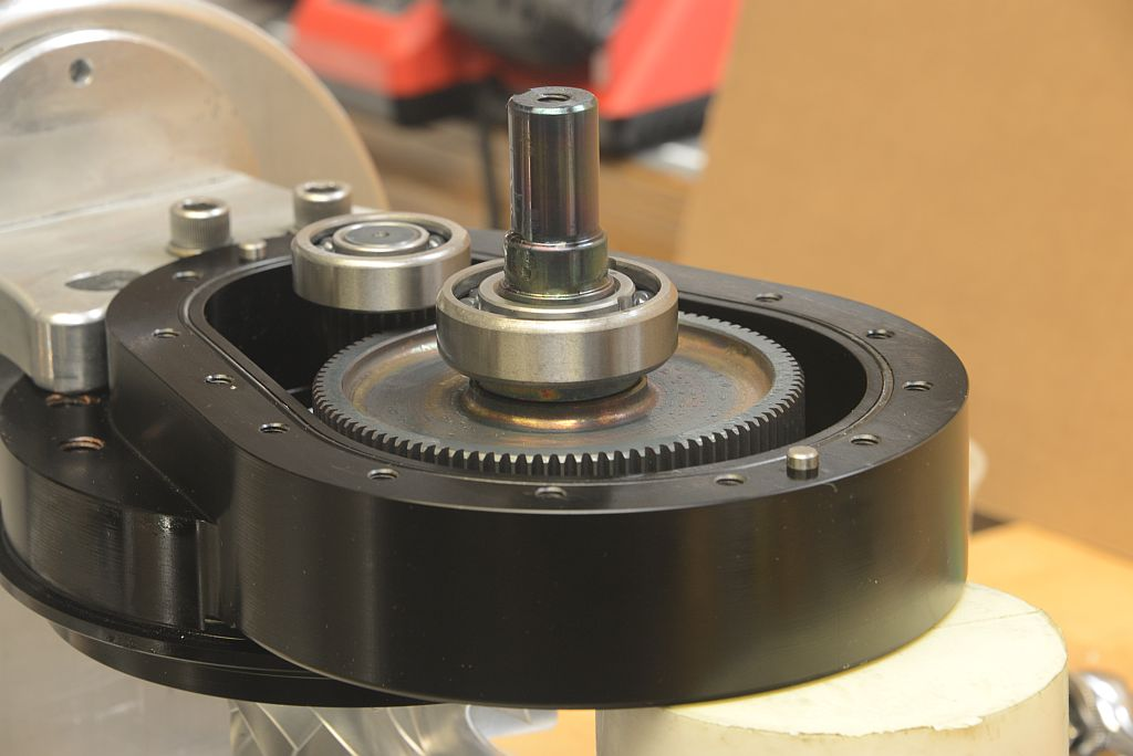 Inside the TorqStorm gearbox, the tolerance between the two shaft centers measures 0.0002in. This chamber possesses its own dedicated oil supply and the inner perimeter O-ring seals the gearbox body to its cover.