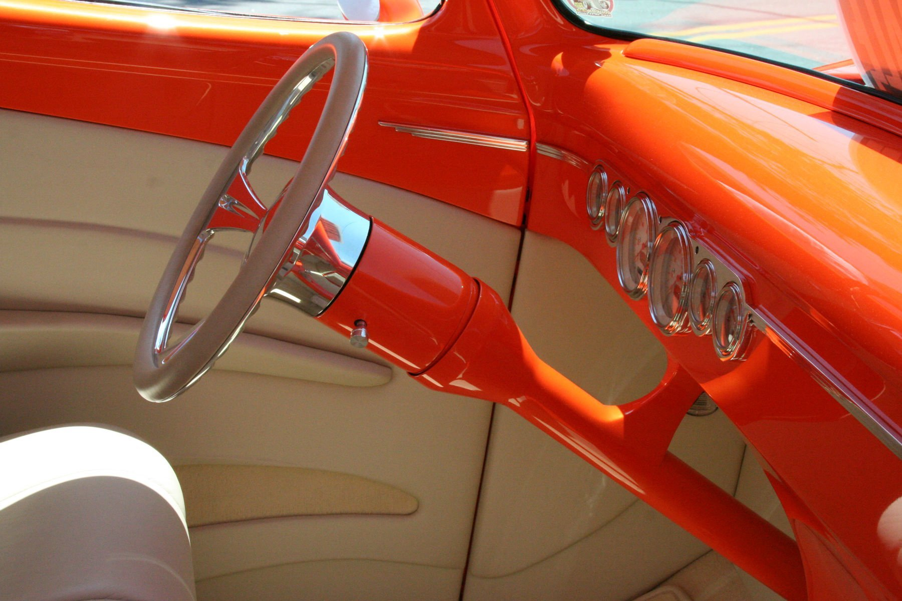 This 8-position multi-angle tilt column allows the steering wheel to arch through 35 degrees—fifteen degrees of movement above center and 20 degrees below.
