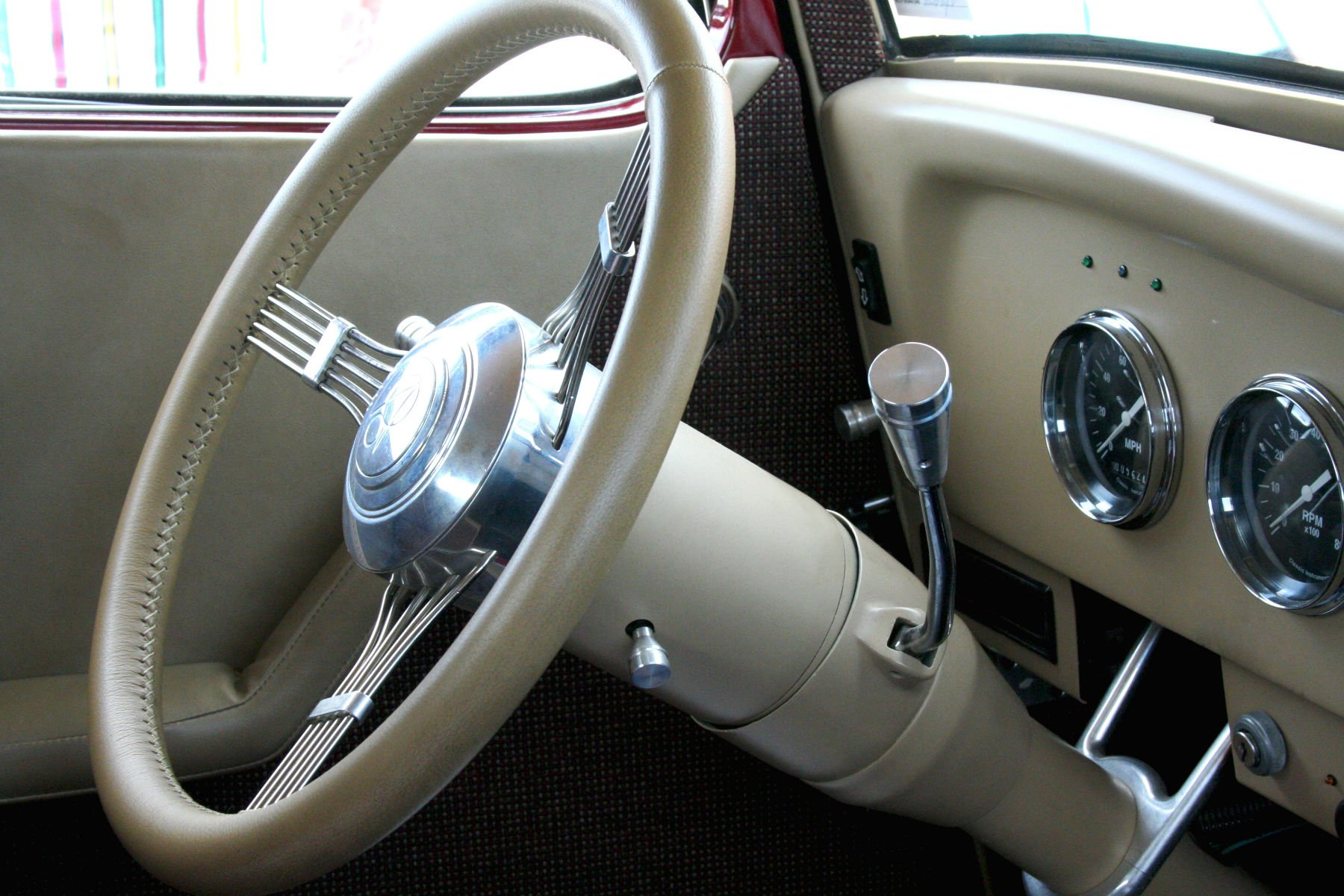 Mounting the gear shift on the column evokes the charms of former times; it also promotes free space for fore-and-aft movement of a full-width bench seat.